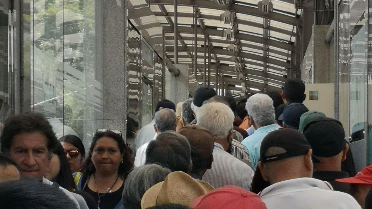 Manifestación-de-taxistas-genera-largas-filas-en-Metro-y-Metrobús.jpeg