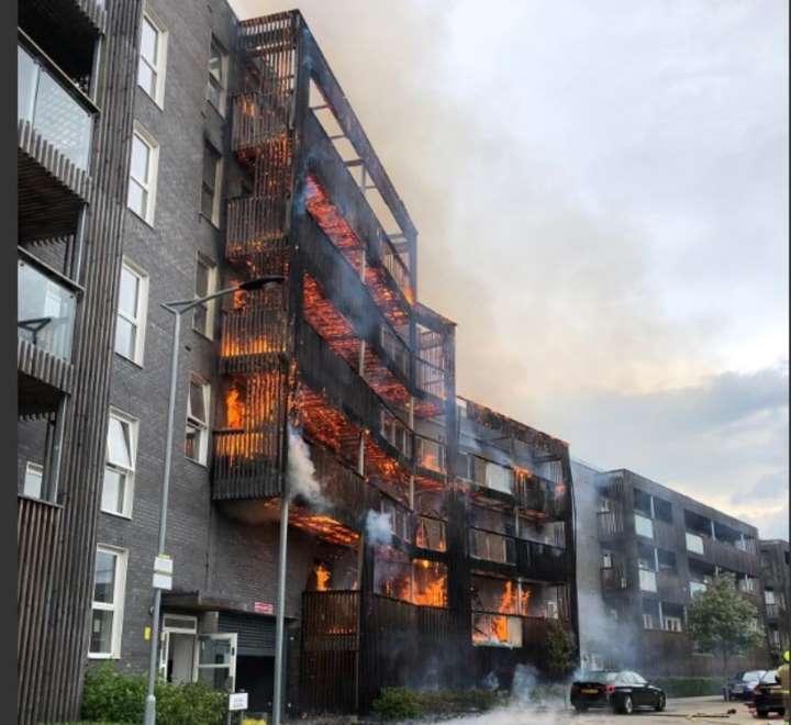 Incendio-arrasa-edificio-residencial-en-Londres.jpg
