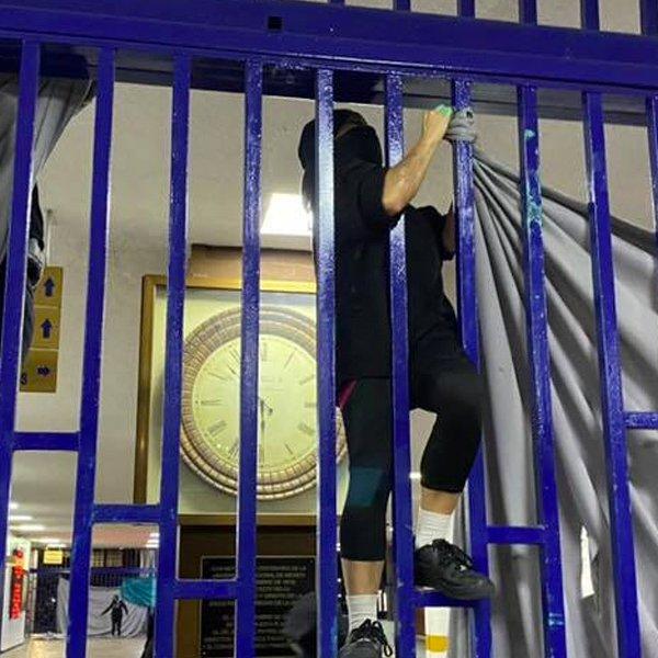 Encapuchados-intentan-tomar-la-Facultad-de-Derecho-de-la-UNAM.jpg