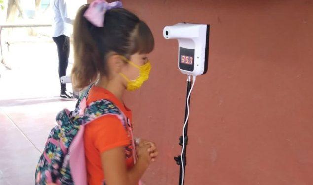 Con semáforo todavía en amarillo, México lanza a millones a las aulas